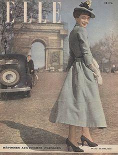 Hình ảnh bìa của tạp chí Elle, cô gái trong trang phục thời trang và hợp mốt của những năm 40s với vest đầm dài đến gần mắt cá chân, màu sắc xanh bạc hà trang nhã, kết hợp với mũ đội lệch cùng tông màu váy có gắn hoa trang trí , găng tay trắng và giày oxford.