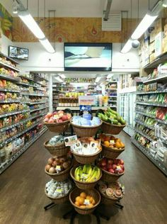 This store has nice open isles, and it keeps a good focal point. Coffee Shop Interior Design, Bakery Interior, Supermarket Design, Retail Store Design, Zero Waste Grocery Store, Fruit And Veg Shop, Vegetable Shop, Coffee Shop Bar, Retail Shelving