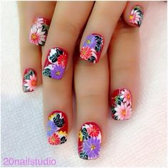 Flower nails!  Instagram photo by @20nailstudio