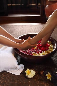 💞 Memories of Spa days. Balinese ritual 💞 Indonesian ritual before a relaxing foot massage at the Spa of the Warwick ibah Good Massage, Spa Massage, Face Massage, Massage Envy, Massage Chair, Spa Therapy, Massage Therapy Rooms, Spa Rooms, Spa Design
