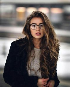 8 natural oils that help ist ein Highlight your beauty without spending all your money - Photography rules - brillen woman Lunette Style, Poses Photo, Trendy Hairstyles, Glasses Hairstyles, Pink Hairstyles, Long Haircuts, Hairstyles 2018, Permed Hairstyles, Medium Hairstyles