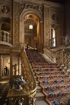 staircase in the very grand entrance hall of Chatsworth House in Derbyshire, England Beautiful Architecture, Beautiful Buildings, Beautiful Places, British Architecture, Beautiful Stairs, Grande Cage D'escalier, Escalier Art, Chatsworth House, Chatsworth Estate