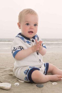 Er du på jakt etter noe fint å strikke til familiens minste? Hva med en slik babydress i maritim stil?