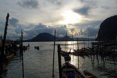 Tramonto a Koh Panyee nella baia di Phang Nga - Thailandia - Sunset at Koh Panyee in the bay of Phang Nga - Thailand