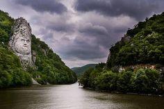 Cazanele Dunării, statuia lui Decebal sculptată în piatră.   Fotograf: Emil Niculescu
