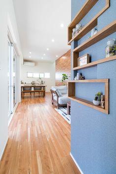 TOTATE HOUSING l Natural style     ニッチにはすきな小物を飾ってセンスアップ #トータテ#注文住宅#広島#新築#家#ニッチ#飾棚#アクセントクロス#小物#ナチュラル#アイデア Minimalist, Architecture, Simple, Interior, Room, House, Inspiration, Furniture, Design