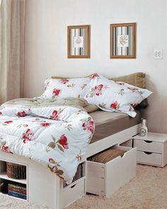Disponha embaixo do estrado caixas de madeira ou de plástico dotadas de rodízios. Você pode, ainda, investir em uma cama que já inclua gavetões e nichos, como a Till, que mede 1,46 x 1,99 x 0,48 m
