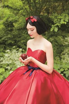 [Bad choice of eye shadow, but I like her lipstick and her hairstyle. Very cool gown. The apple makes me think of fairy tales--is it Sleeping Beauty that has the poisoned apple in it?]  ディズニー公認の新作ドレス♡6作品のプリンセスをモ