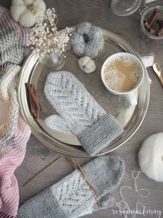 Knit Mittens, Knitted Gloves, Knitting Socks, Yarn Inspiration, Hand Warmers, Handicraft, Knit Crochet, Crafty, Sewing