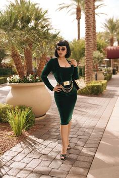 Emerald Green Velvet Dress, Straight Bangs, Bride Of Frankenstein, Simple Outfits, Pin Up Girls, Gorgeous Women, Retro Fashion, Women's Fashion, Casual Dresses
