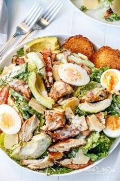 One of the best healthy salads for lunch is this Skinny Chicken and Avocado Caesar Salad I Love Food, Good Food, Yummy Food, Delicious Meals, Delicious Salad Recipes, Healthy Salads, Healthy Eating, Healthy Caesar Salad, Cobb Salad
