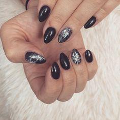 Pierwsze zimowe ❄ #mani#manicure#nails#prettynails#nailart#snow#snowflakwes#winter#nails2inspire#paznokcie#hybrydy#zdobienie#wzorkinapaznokcie#zimowepaznokcie#sniezynki#semilac#ilovesemilac