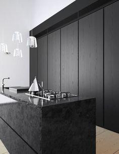 Minimalistisch keukeneiland van zwart marmer met ingebouwde kastenwand. // via Comfy Dwelling