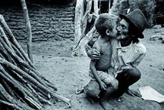 Amor de pai e filho. Foto por João Roberto Ripper.