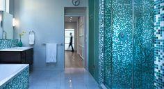 Bagno moderno con mosaici blu e bianchi piano foto royalty free