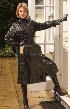 Raincoats For Women Rainy Days Black Raincoat, Pvc Raincoat, Hooded Raincoat, 70s Fashion, Fashion Boots, Womens Fashion, Imper Pvc, Black Mac, Outfits