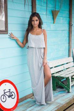 vestido longo com fenda lateral, babado e elástico na cintura, maxi dress, mescla, cinza, malha