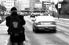 MIZE - AUF SCHMALEN PFADEN | Eher der Guerilla-Typ beim Fotografieren - als Gehsteig ist der schmale Pfad entlang des Wienflusses Höhe U4 Meidling wohl nicht gedacht...