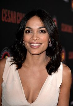 Rosario Dawson Medium Wavy Cut - Rosario Dawson looked lovely with her center-parted wavy 'do during the 'Cesar Chavez' premiere. Black Actors, Black Celebrities, Celebs, Rosario Dawson, Jessica Chastain, Dark Beauty, Woman Crush, Sensual, American Actress