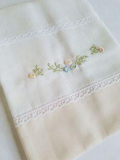 Fralda de boca (Cremer Luxo Dupla), tamanho 31x31cm bordada à mão com barrado em tecido de algodão (fustão) e acabamento em renda. Lindo e delicado para compor o enxoval. Ótimo presente para maternidade e chá de bebê. Bullion Embroidery, Hand Work Embroidery, Couture Embroidery, Embroidery Stitches, Embroidery Patterns, Baby Patchwork Quilt, Baby Quilts, Crazy Patchwork, Baby Quilt Tutorials