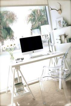Escrivaninha com cadeira transparente