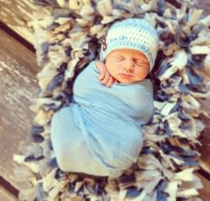 Baby pose Baby Poses, Kid Poses, Baby Weeks, Newborn Pictures, Crochet Hats, Children, Face, Ideas, Newborn Monthly Photos