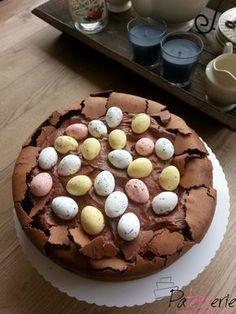 Recept voor een heerlijke chocoladetaart! Verassend gemakkelijk te maken en qua decoratie gemakkelijk aan te passen aan elk thema zoals deze Paastaart