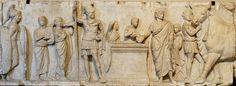 RELIEF/ AUTEL C. DOMITIUS AHENOBARBUS / Prise de Cens sur le champ de mars avec sacrifice suovetaurile pour purifier les romains / censeur fait une libation/ pilastre fait la transition sur le petit côté/ appartenait à un ensemble retrouvé entre le temple de Mars et de Neptune /