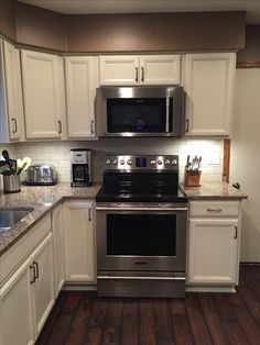 Different color flooring and wall color but love the appliances and counter/cupboard colors Kitchen Redo, Kitchen Remodel, Kitchen Cabinets, Kitchen Appliances, Kitchen Ideas, Interior Design Living Room, Living Room Decor, New Kitchen Inspiration, Kitchen Designs Photos