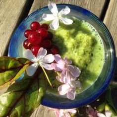 Green detox smoothie with broccoli, pineapple and ginger = true smoothielove
