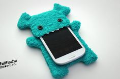 Cute, handcrafted Fellfische cellphone case in turquoise with teeth - Size L. Ideal for Devices up to 5,4 x 2,8 x 0,4 inch [138 mm x 71mm x 10mm] - like