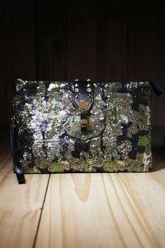 5db25c11a A estampa da bolsa Carteira Camuflada, ganha sofisticação com o acabamento  em paetês. Abuse