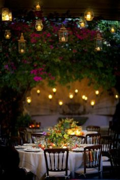 Dining Al Fresco: especially under pretty patio/twinkle lights...is perfect idea for ANY holiday; NOT just for weddings but can be done ANY holiday or any special event with family and friends. ❥-Mari Marxuach Parrilla