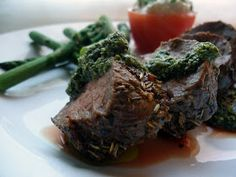 LCHF-bloggen: Rødvinsmarinert fårefilet med pesto og fetakrem i tomat