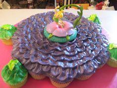 Tinkerbell cupcake cake- cute decoration Peter Pan And Tinkerbell, Tinkerbell Fairies, Tinkerbell Party, Cupcake Art, Cupcake Cakes, Cupcake Ideas, Birthday Cupcakes, Birthday Parties, 7th Birthday