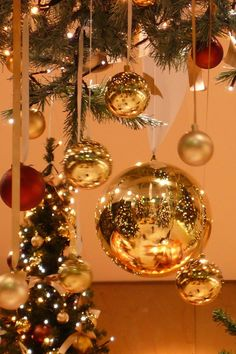 BEAUTIFUL DANGLING ORNAMENTS MAKE A BEAUTIFUL DECOR ON THE CHRISTMAS TREE!