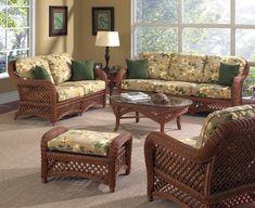 sofá sillones y mesa de mimbre en el salón moderno