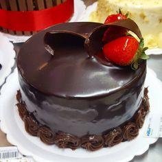 Torta Morango com Chocolate #confeitariapolos #goiania  (em Polos Pães e Doces)