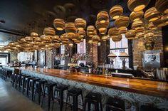 Prachtige eye-catchers in een bar of restaurant, grote serie Graypants Moon hanglampen gemaakt van gerecycled bruin karton. Super! #graypants #bar #restaurant #interieur #interior