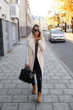 If you're wondering how to style Timberland outfits, try stealing Kristin Sundberg's style by wearing the classic tan coloured boots with ripped jeans and a pastel coloured overcoat. Top: Gina Tricot, Boots: Timberland, Coat: Stelly, Bag: Givenchy.