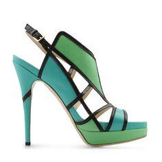 Zapato asimétrico en varios tonos de verde ribeteados en negro, de Burak Uyan
