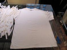Pin for Later: Schnell, günstig & einfach: Dieses Last-Minute Mumienkostüm rettet Halloween Was ihr benötigt 5 - 10 weiße T-Shirts, ein Lineal, einen Stift, eine Schere sowie Leggings und ein Longsleeve zum Drunterziehen.