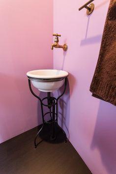 「手洗い用の陶器のボウルとスチールの脚は私が見つけてきたものを、配管施工していただきました」