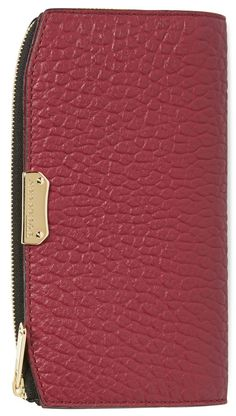 The lavish, pebbled textured leather of this polished burgundy Burberry wallet adds luxe detail to a classic staple.