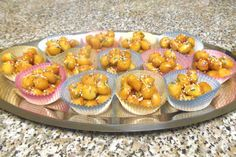 Gli struffoli, un dolce tipico della Campania, sono deliziose palline di impasto fritte, passate nel miele e ingolosite con zuccherini e frutta candita.