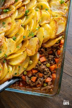 Yummy Crispy Potato Topped Meat Pie (Minced Beef Hotpot) - a delicious family meal of minced beef in a yummy gravy with vegetables topped with golden potato slices. Slimming World and Weight Watchers friendly. Minced Beef Pie, Minced Beef Recipes, Minced Meat Recipe, Mince Recipes, Recipes Dinner, Mince Dinner Ideas, Mince Meals, Savoury Recipes, Savoury Dishes