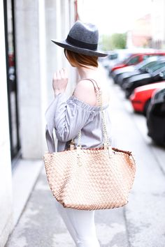Graue Off Shoulder Bluse, schwarze Mules mit Zierschleife, Skinny Jeans, Patrizia Pepe Handtasche, Streetstyle, Modeblog, Fashion Magazin, Blogazine, whoismocca.com