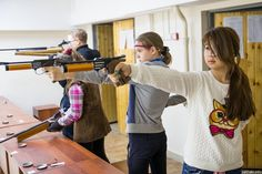 Strzelectwo sportowe zyskuje na popularności w Polsce. Strzelają dorośli, młodzież i dzieci. W największych miastach jak Warszawa, nie ma problemu z dostępem do strzelnic i instruktorów strzelectwa. Zobaczcie od czego zacząć swoją przygodę ze strzelectwem sportowym.