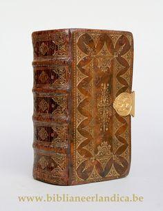 SAINTE BIBLE (1761) Rijke goudstempeling op rug en platten. Centrale gouden sluiting (18°K)