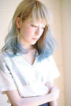 毛先のランダムにライトブルーでハイトーンカラー。  毛先のカラーは毛束一本一本入れる位置を変え 重なりを考えて。  動かした時の髪の見え方が素敵なスタイルです。...